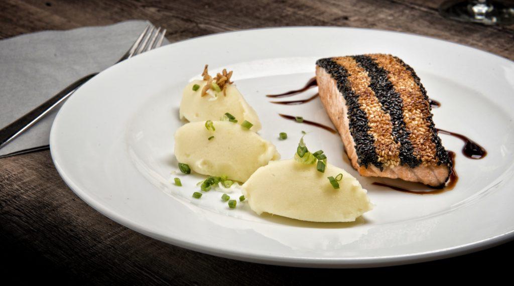 Filet de saumon aux deux sésames avec sa sauce Teriyaki.