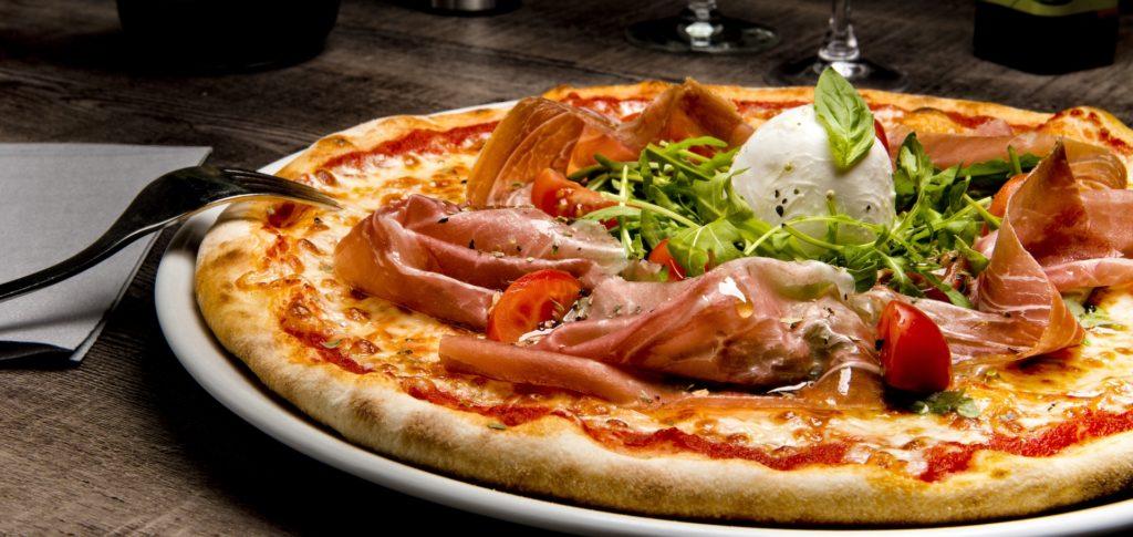 """Notre pizza """"Crudaiola"""" avec sa sauce tomate """"Pa'Pizza"""" ...mais pas n'importe quelle sauce tomate, celle de """"Fiammiante"""". Ensuite vient le jambon de Parme, la rucola, la mozzarella di bufala et saupoudré d'origan de Naples récolté à la main !"""
